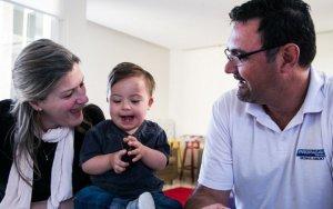O bebê Theo, com os pais.