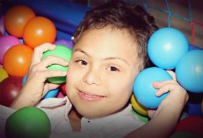 O menino Davi Avelar, que  nasceu com síndrome de Down, e a três anos encontrou sua nova família. Crédito da foto: Arquivo pessoal