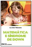 Capa do lvro Matemática e síndroe de Down. Foto de uma menina de mariachiquinha jogando um jogo educativo com uma mulher. Ambas sorriem.