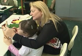 Educadora acompanha Ana Luíza de perto. Crédito da foto: Repdrodução/TVDiario