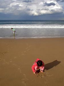 Escrever com letras grandes na areia é um bom exercício. Foto: Steve Bridger- / Mexicanwave / Flickr