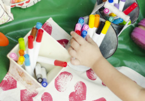 Lápis e canetas mais grossos são mais fáceis de usar. Foto: Paula Moreira Fotografia