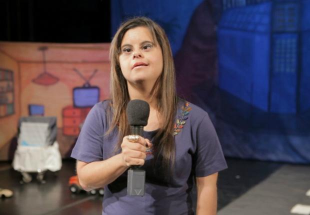 Fernanda Honorato, da TV Brasil, é a primeira repórter com síndrome de Down do país