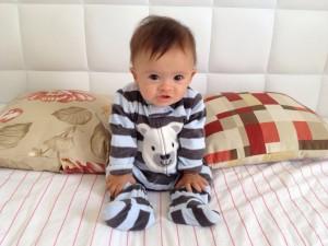 Bebê com síndrome de Down com 6 a 9 meses.