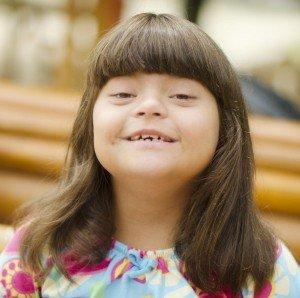 Garota com síndrome de Down ilustra a capa de Introdução às Cartilhas de Saúde.