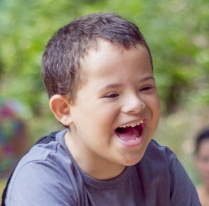 Garoto com síndrome de Down ilustra a capa da Cartilha sobre Diabetes.