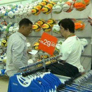 Rapaz com síndrome de Down trabalha em uma loja de esportes e recebe cliente no episódio de Qual é a diferença?