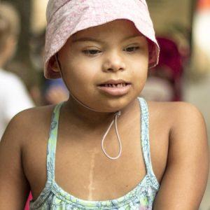 Garota com síndrome de Down ilustra a capa da Cartilha sobre Problemas Cardíacos.