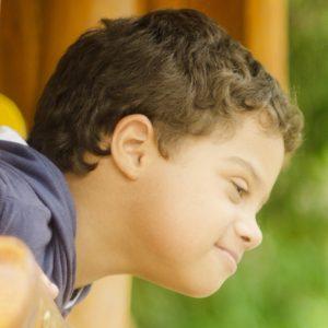 Garoto com síndrome de Down ilustra a capa da Cartilha sobre Disfunções da Tireoide.