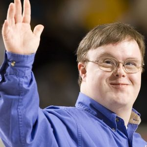 John Franklin Stephens tem síndrome de Down, uma deficiência intelectual, e é atleta e mensageiro global do Special Olympiscs. Na foto, ele acena para o público após fazer um discurso.