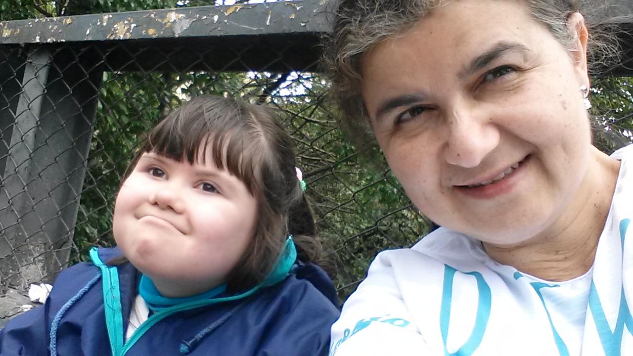 Rosana Bignami e a sua filha, Giovanna Bignami Grecchi, que tem síndrome de Down e tem 10 anos. Giovanna está do lado esquerdo da foto e Rosana do lado direito.
