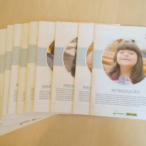 Coleção completa dos cadernos de saúde com informações referentes as principais doenças que acometem a população com síndrome de Down.