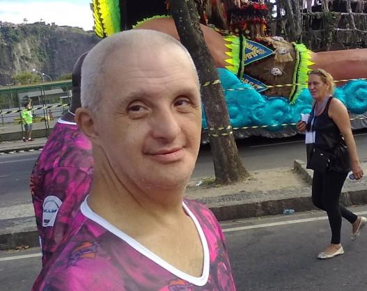 Andrés, que tem síndrome de Down, está se guardando para quando o carnaval chegar