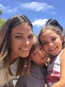 Foto com Cristiane Zamari Diogo e seus filhos Bernardo, que tem síndrome de Down, e Valentina, que não tem síndrome de Down.