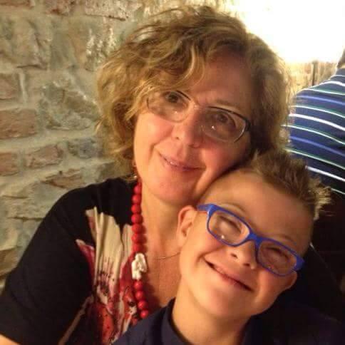 Dra Rosa e o filho Enrico. Mae e filho abracados, sorrindo. Eles usam oculos.