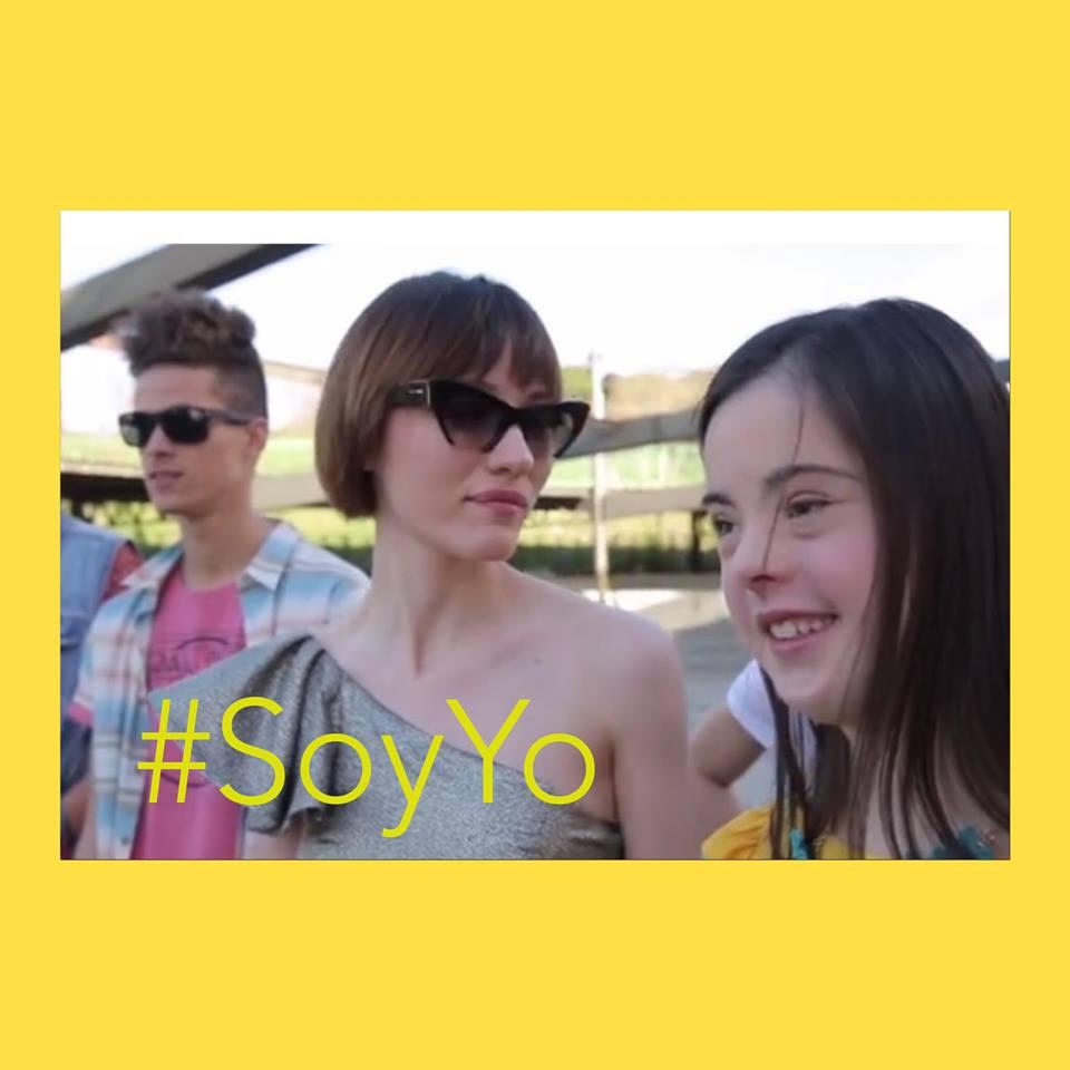 A modelo Marian Avila, com outros dois modelos, uma jovem e um jovem. #SoyYo. Moldura amarela em torno da foto.