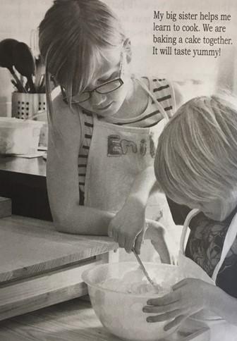 foto de duas meninas fazendo bolo e texto grande.