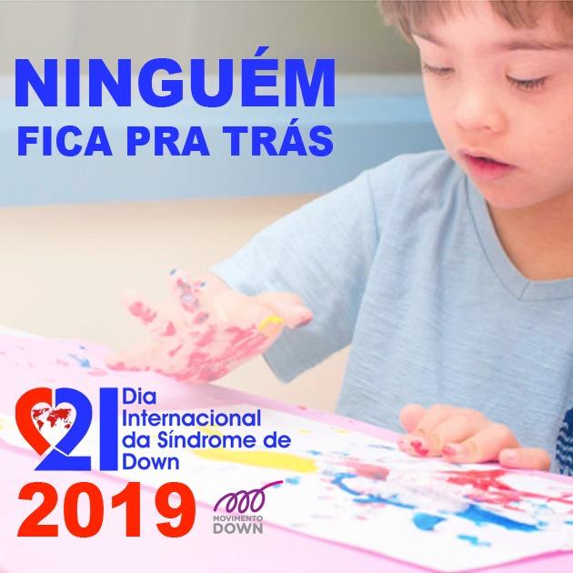 menino imprimindo com tinta sua mao no papel. logo do dia internacional da sindrome de down 2019.. logo do movimento down. slogan - ninguém fica pra trás.