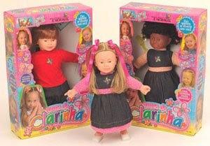 um boneco e uma boneca dentro de suas caixas e uma boneca fora da caixa.