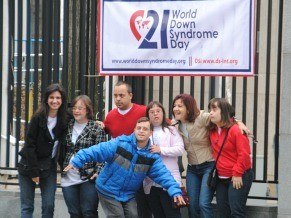 jovens do carpe diem em frente ao banner do dia internacional na onu.