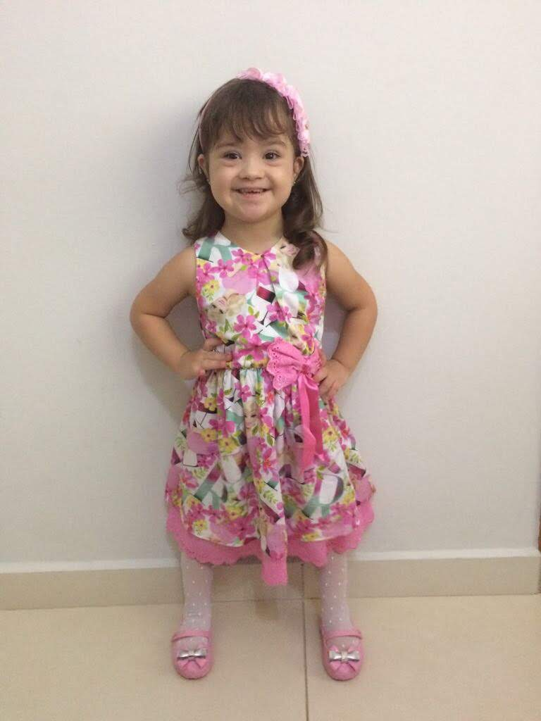 menina, de vestido, sorridente.