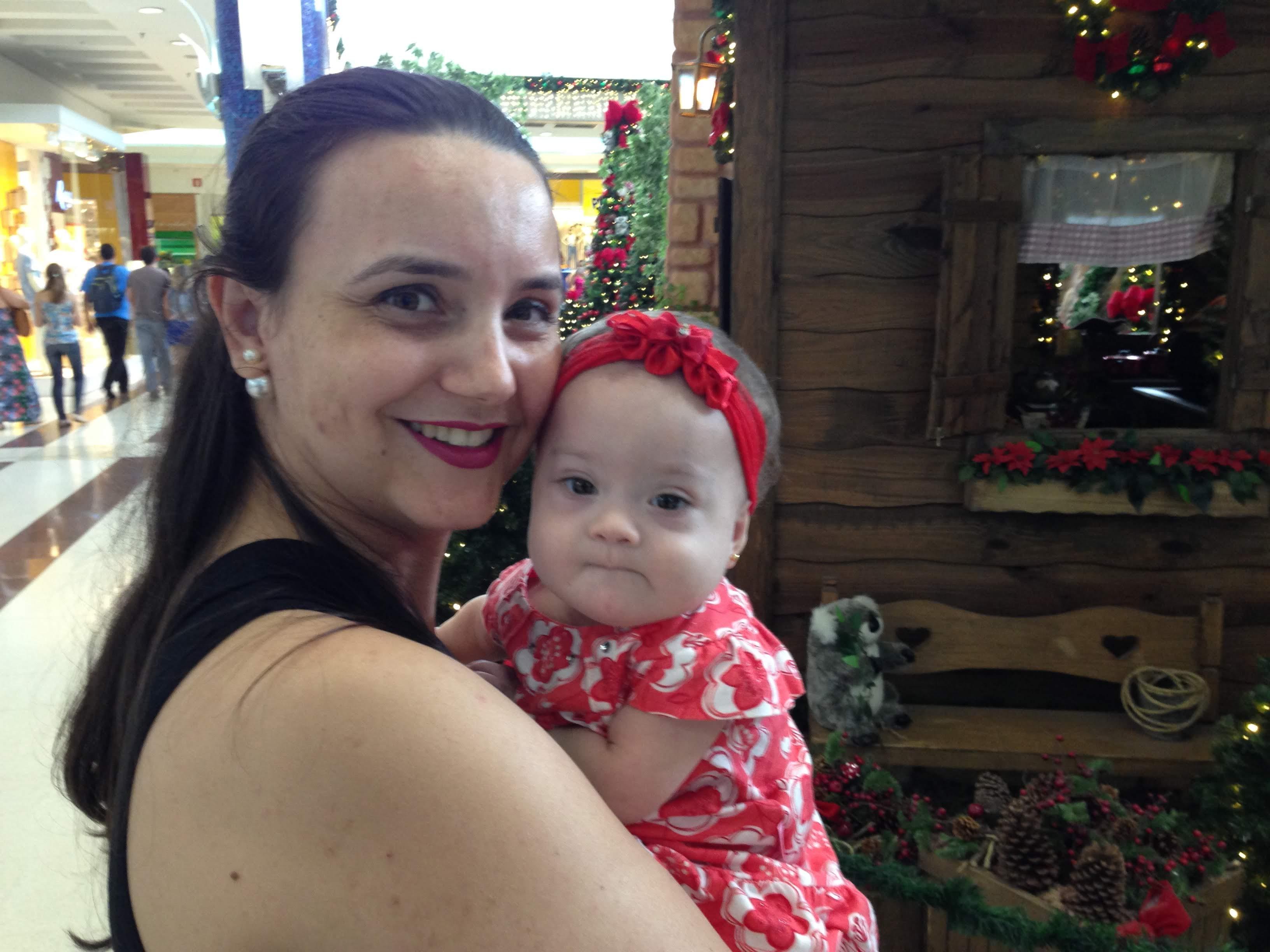 mulher com bebê no colo.