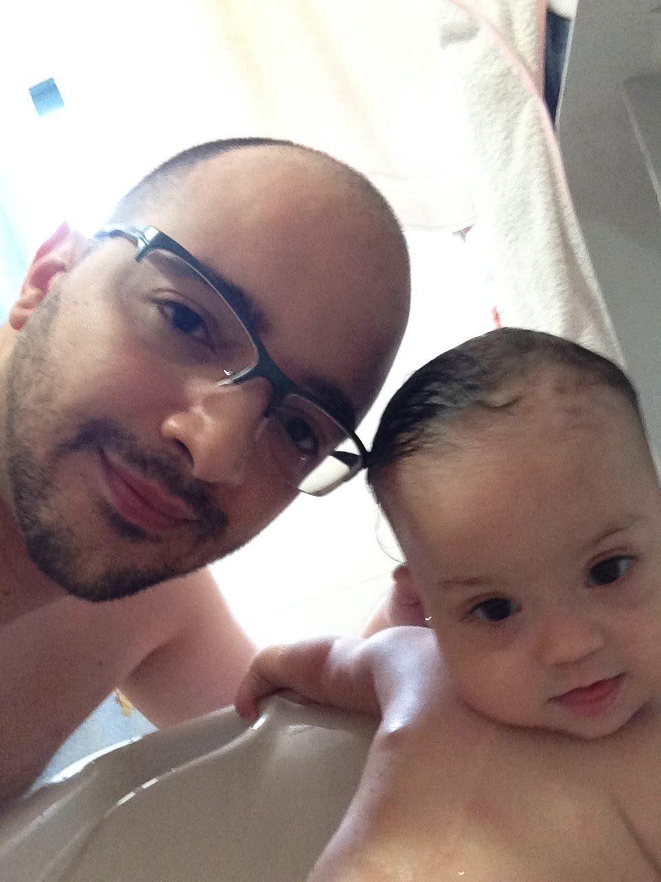 homem e bebê no banho.