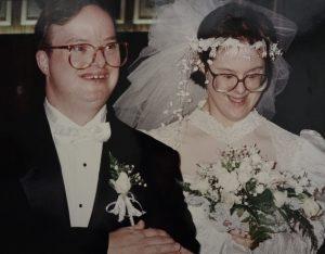 casal de noivos, sorrindo.