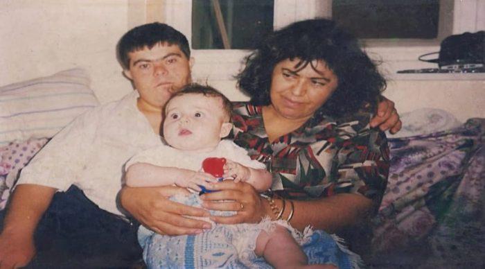 foto antiga de casal com bebê.