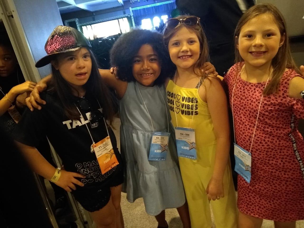 quatro meninas.