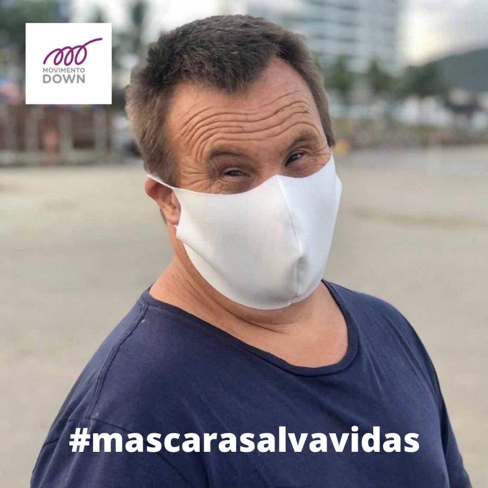 homem usa mascara