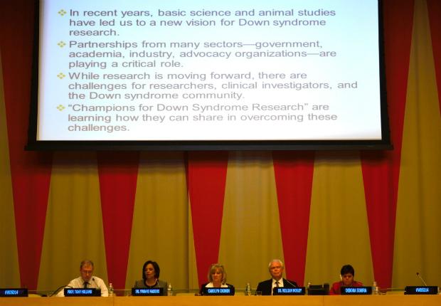 Débora Seabra, de vermelho, participa da III Conferência Internacional da Síndrome de Down, na sede da ONU, em Nova York
